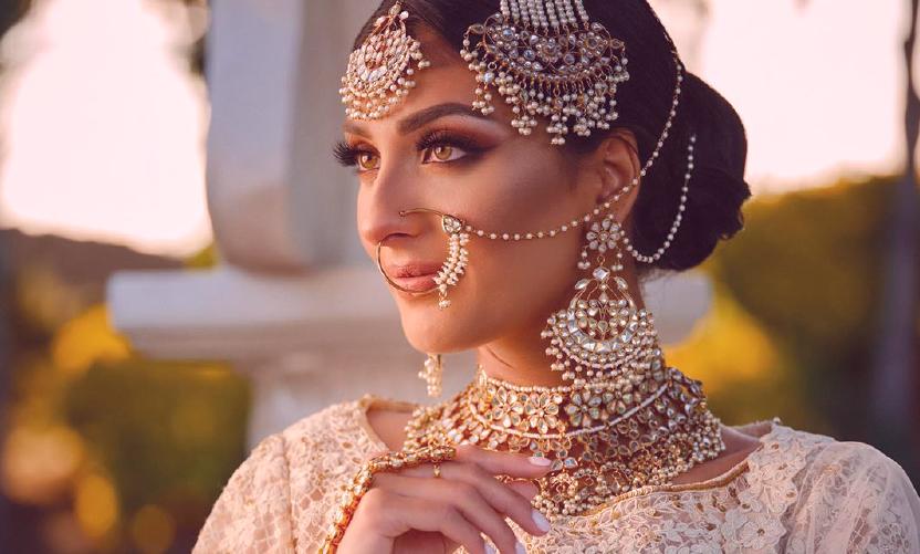 Bride-wearing-a-Naath-Jhoomar