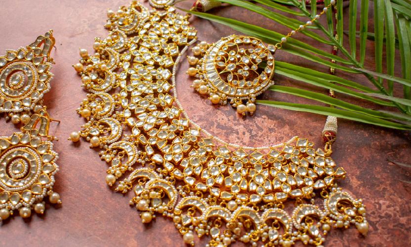 Bride-wearing-a-heavy-necklace