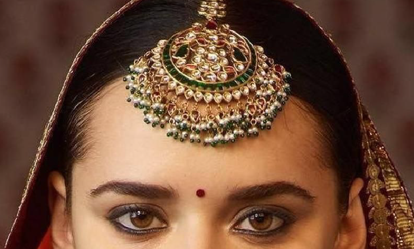 Bride-wearing-a-maang-tikka